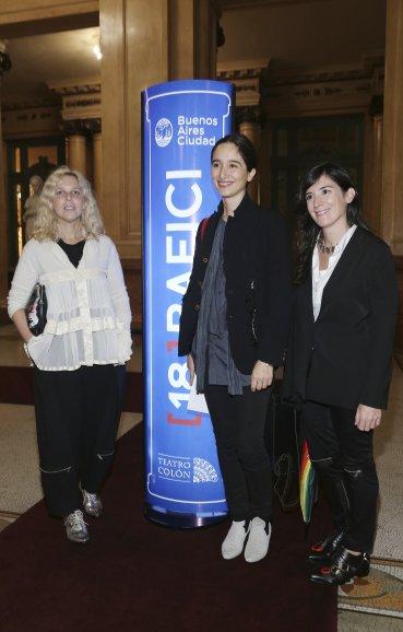 La diseñadora Jessica Trosman junto a la artista plástica Luna Paiva y Delfina Magrane
