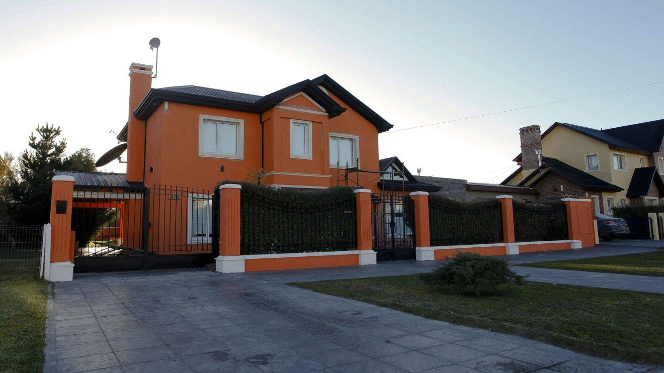 En la calle Comodoro Py al 830, una de las propiedades de la familia de Lázaro Báez que fue allanada por orden judicial