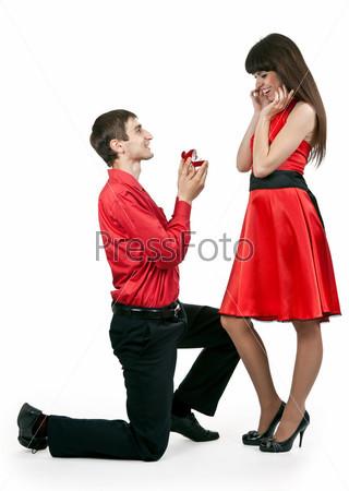 Мужчина перед женщиной обычно встаёт на одно колено или на ...