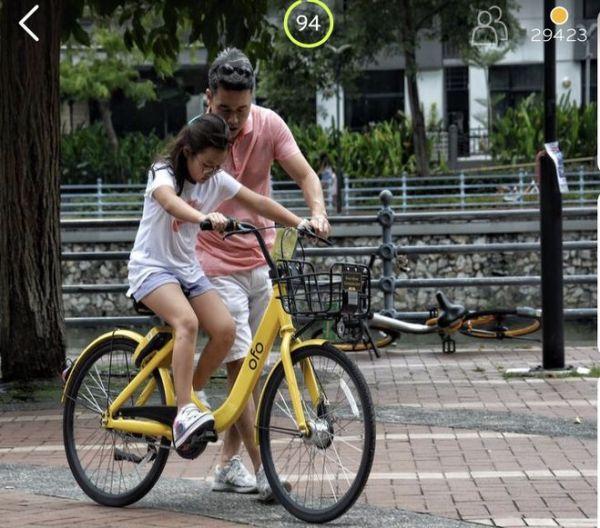 Игра 94% На картинке папа учит дочь кататься на велосипеде ...