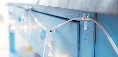 Сізге керемет мерекелер, жаңа жылдық көңіл-күй тілейміз. Гирляндтардың үйлерінің әрпін безендіру сіздің отбасыңыздың жақсы дәстүрлерінің біріне айналсын және бұл жайлы кешке махаббат атмосферасы және бірге жақсы болады!