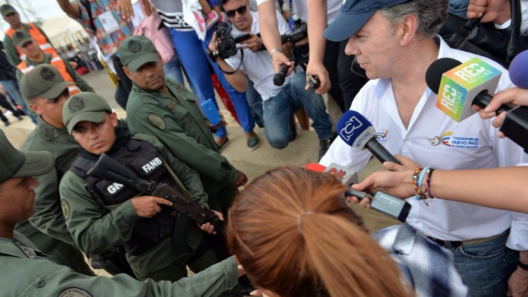 El presidente de Colombia, Juan Manuel Santos, en Paraguachón, el paso fronterizo entre el departamento colombiano de La Guajira y el estado venezolano de Zulia. Allí, estaba apostada una cuadrilla de la Guardia Nacional Bolivariana