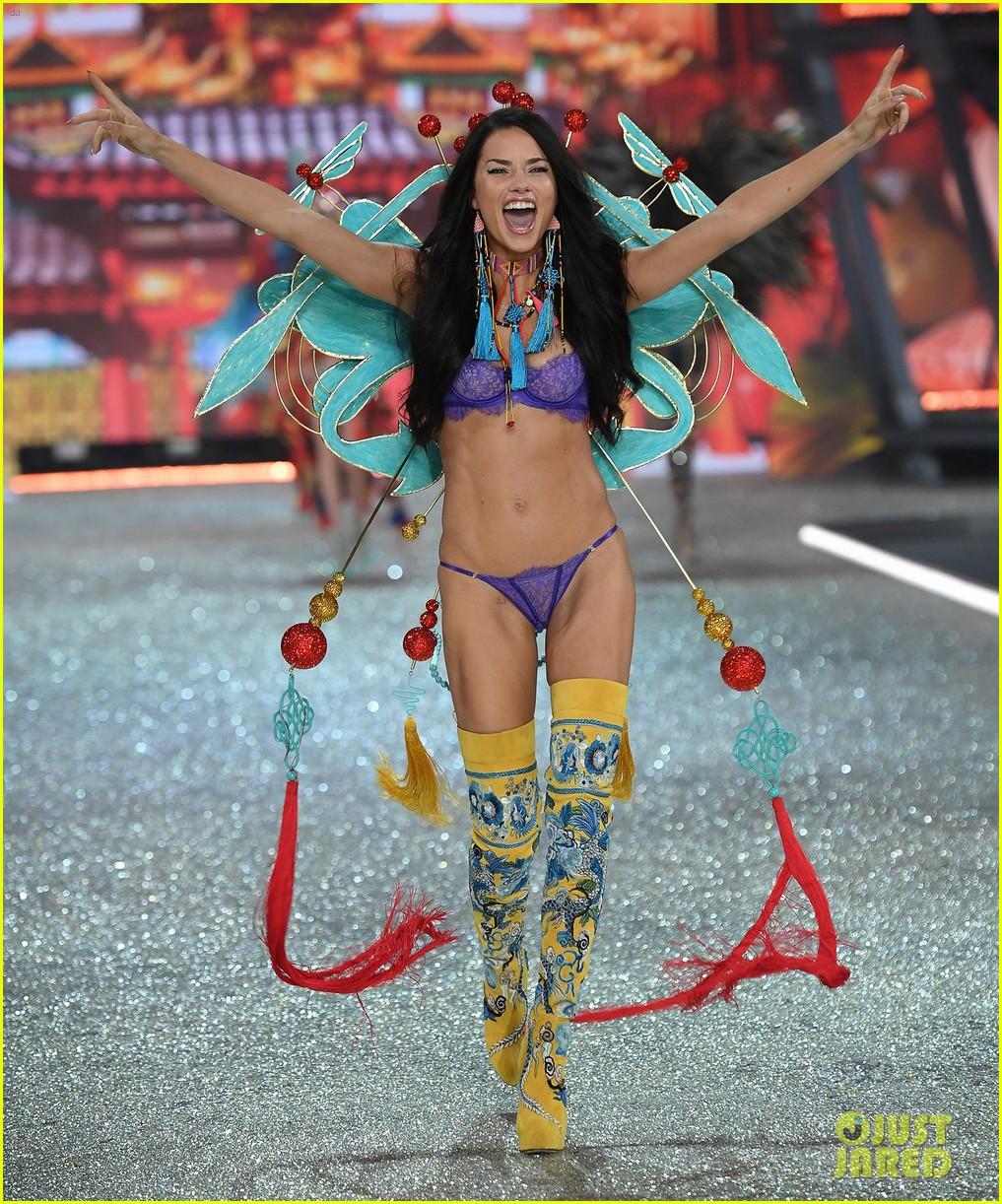 Adriana Lima Alessandra Ambrosio 2016 vs desfile de moda 013818338