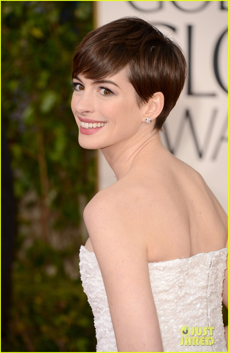 anne hathaway golden globes 2013 red carpet 03