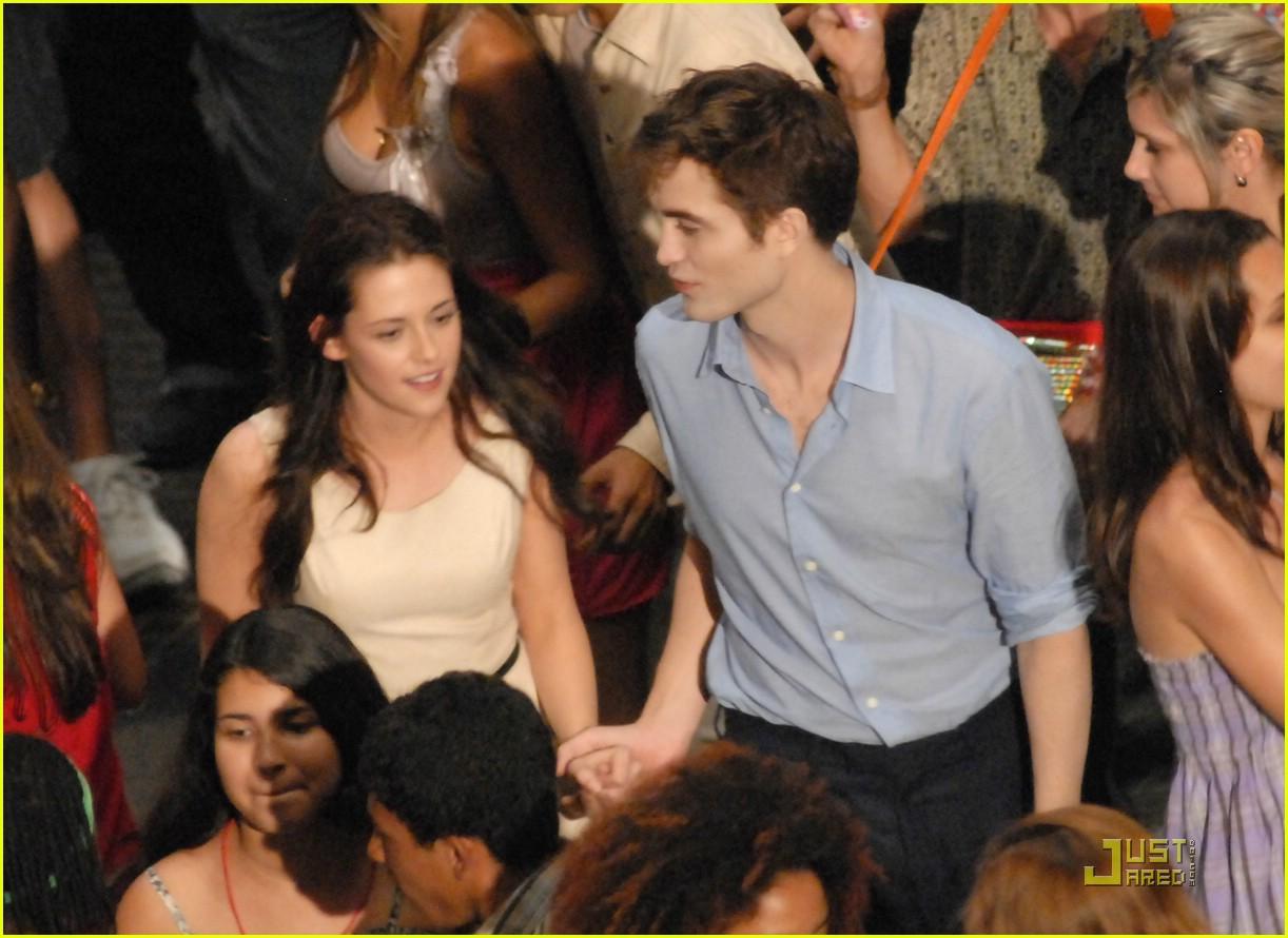 Robert Pattinson Kisses Miley Cyrus