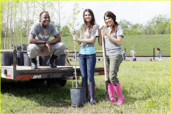 Victoria Justice & Daniella Monet are Big Helps in The ...