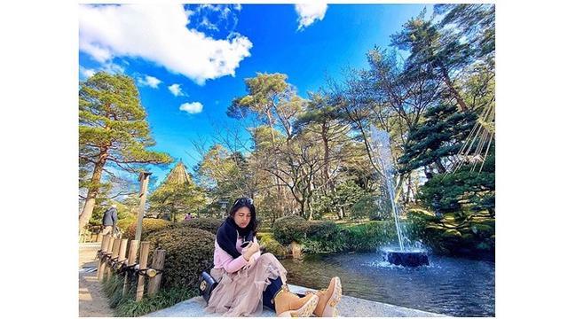 Hasil foto Via Vallen di dekat kolam ini sangat indah, banyak netizen yang mengira editan.
