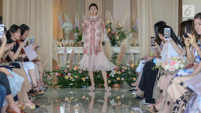 Model membawakan busana koleksi terbaru Alto Prive karya desainer Cynthia Vicario berkolaborasi dengan Tyna Kanna Mirdad di Menteng, Jakarta, Kamis (9/5/2019). Fashion show bertajuk FLORA menampilkan 20 busana model couture dan ready to wear. (Liputan6.com/Fery Pradolo)