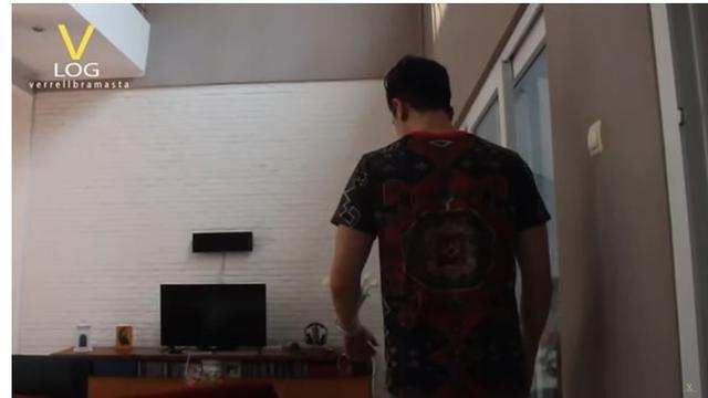 Ruang tamu di rumah seleb bersaudara ini ada televisinya. Dindingnya tersusun bata warna putih.