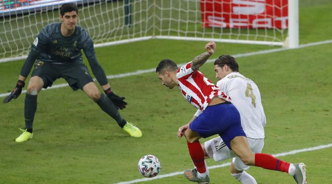 Bek Real Madrid, Sergio Ramos, mengawal pemain Atletico Madrid, Vitolo, pada laga Piala Super Spanyol di King Abdulla Sports City, Jeddah, Senin (13/1/2020). Real Madrid menang adu penalti 4-1 atas Atletico Madrid. (AP/Amr Nabil)