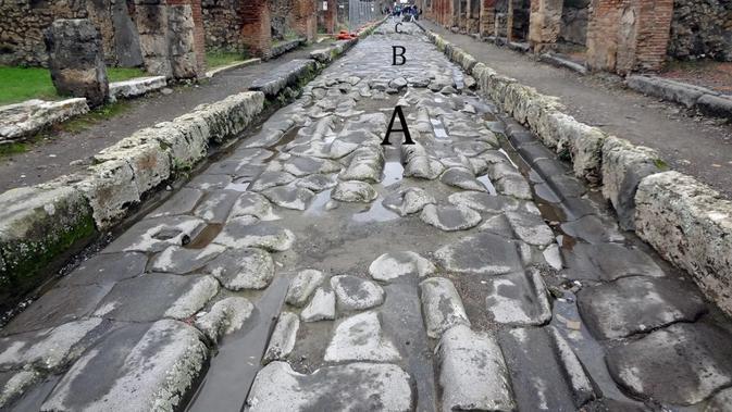 Bekas roda di jalan-jalan beraspal Pompeii saat kereta kuda mengikis batu.
