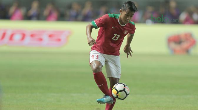Pemain Timnas Indonesia U-23, Febri Haryadi saat melawan Bahrain pada laga PSSI Anniversary Cu 2018 di Stadion Pakansari, Bogor, (26/4/2018). Bahrain menang 1-0. (Bola.com/Nick Hanoatubun)