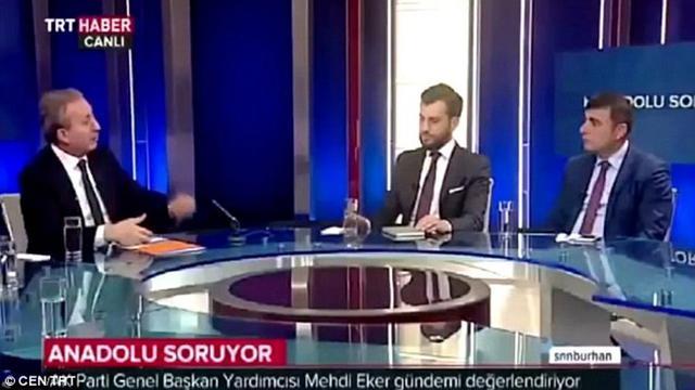 Wartawan pingsan saat wawancara politisi dalam acara yang disiarkan langsung. (CEN/TRT News Channel)