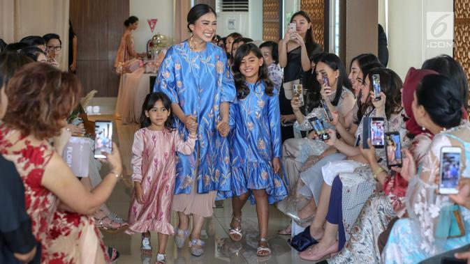 Tyna Kanna Mirdad mengenakan busana hasil rancangannya bersama Cynthia Vicario saat acara fashion show bertajuk Flora di Menteng, Jakarta, Kamis (9/5/2019). Fashion show bertajuk FLORA menampilkan 20 busana model couture dan ready to wear. (Liputan6.com/Fery Pradolo)
