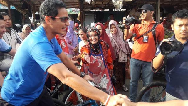 Cawapres Sandiaga S Uno saat blusukan ke Pasar Wage Purwokerto. (Liputan6.com/Muhamad Ridlo)