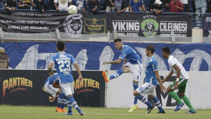Bek Persib Bandung, Bojan Malisic, menendang bola saat melawan Persiwa Wamena pada laga Piala Indonesia di Stadion Si Jalak Harupat, Bandung, Senin (11/2). Persib menang 7-0 atas Persiwa. (Bola.com/M Iqbal Ichsan)