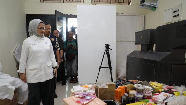 Penggrebekan empat pabrik kosmetik ilegal di Jakarta Barat. (Foto: Humas BPOM)