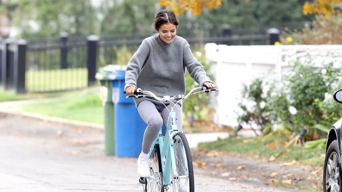 Selena Gomez terlihat senang bersepeda usai berpisah sementara dari Justin Bieber. (US Weekly)
