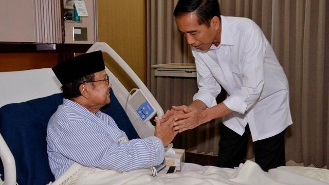 Keakraban Jokowi dan BJ Habibie di Ruang Perawatan