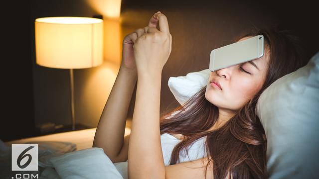 Ilustrasi gawai sebelum tidur (iStockphoto)