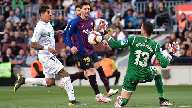 Striker Barcelona, Lionel Messi, menendang bola ke gawang Getafe pada laga La Liga di Stadion Camp Nou, Minggu (12/5). Barcelona menang 2-0 atas Getafe. (AFP/Josep Lago)