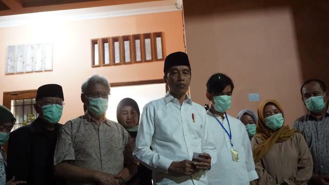 Jokowi saat menyampaikan kabar meninggalnya sang ibu di rumah duka, Sumber, Surakarta, Rabu (25/3/2020) malam. (Liputan6.com/Fajar Abrori)