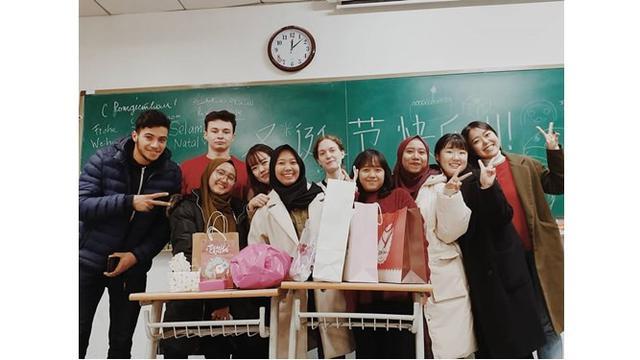 Begini potret kompak Ayu bersama dengan teman-temannya dari berbagai daerah yang juga tengah belajar di China.