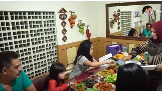 Ruang makan yang sedehana, namun penuh dengan kehangatan.