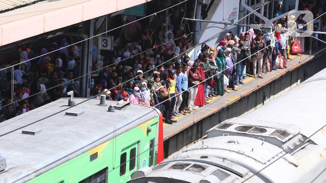 Masyarakat Tetap Gunakan Transportasi Umum
