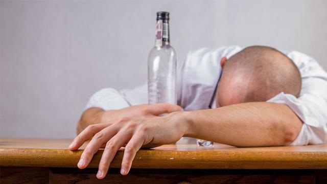 Tak Bisa Disembuhkan, Pria Pecandu Alkohol Pilih Suntik Mati