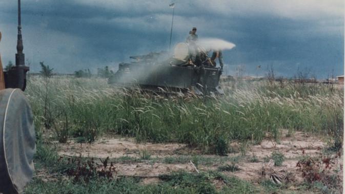 Militer AS menyemprotkan Agent Orange pada Perang Vietnam (US Army / Wikimedia / Creative Commons)