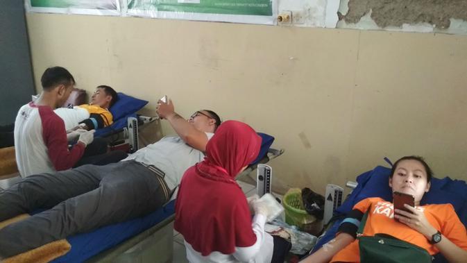 Donor Darah bagian dari aksi sosial pada hari buruh internasional di Cirebon. Foto (Liputan6.com / Panji Prayitno)