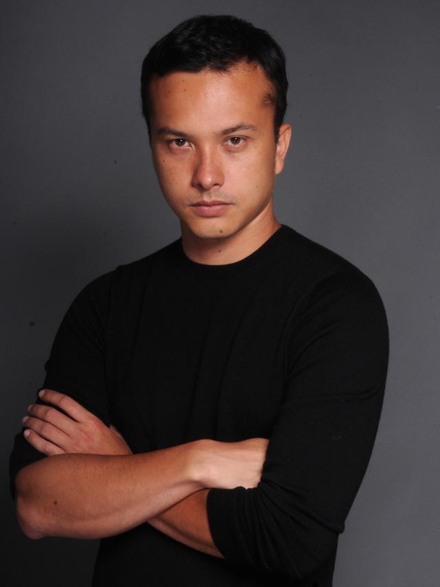 Potret Fashion Nicolas Saputra Memakai Baju Hitam
