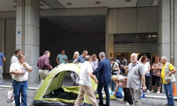 Ολονύχτια διαμαρτυρία της ΠΟΕΔΗΝ έξω από το υπουργείο Οικονομικών