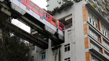 Estação de Liziba atravessa o interior de um edifício.