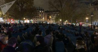 Police Disperse Migrants Gathered on Place de la Republique in Paris – Videos
