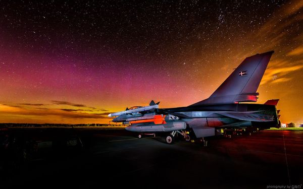 Incredible photo of F-16 fighter planes under sky set ...