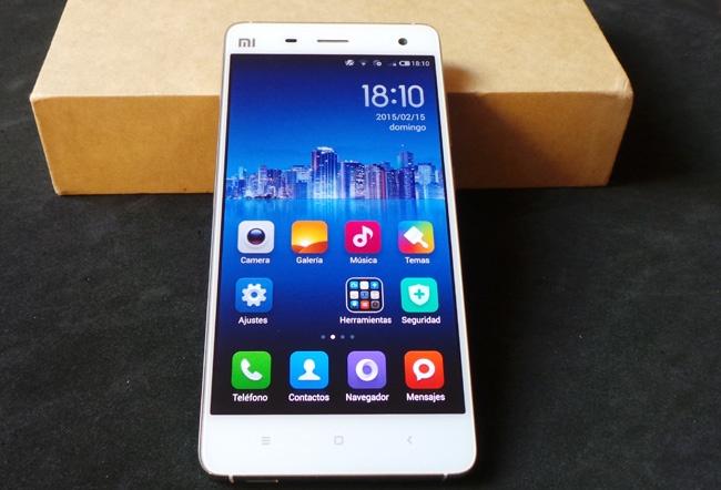 Teléfono Xiaomi Mi4 apoyado en su caja