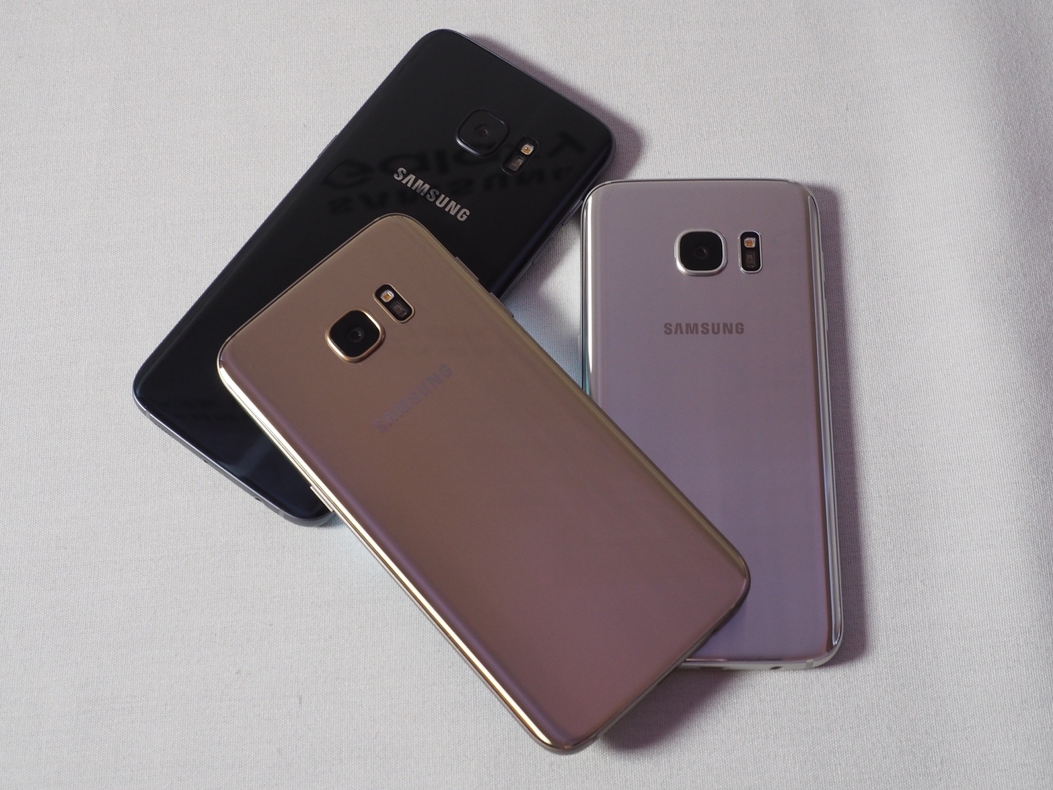 Samsung Galaxy S7 en dorado, plateado y negro