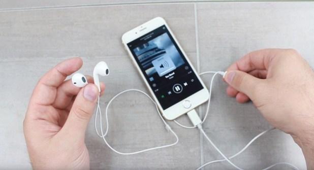 iPhone 7 reproduciendo música de Spotify con auriculares Earpods Lightning