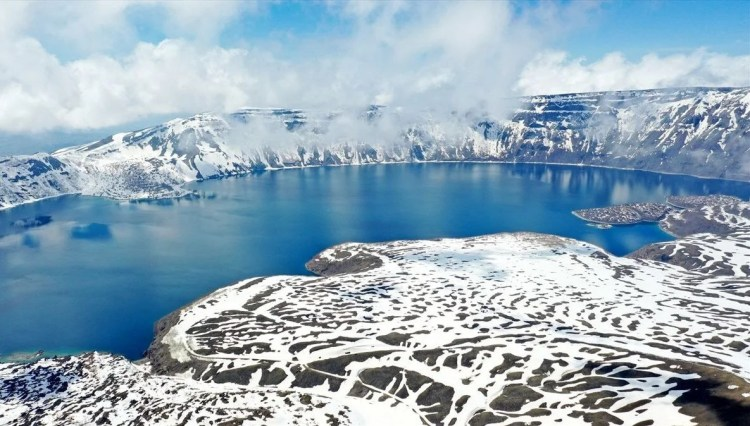 Dünyanın 2. en büyük krater gölü Nemrut... Karla kaplı görüntüsüyle kendine hayran bırakıyor