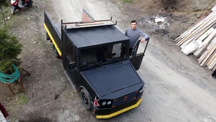 Hurda otomobil parçalarıyla kamyonet yaptı