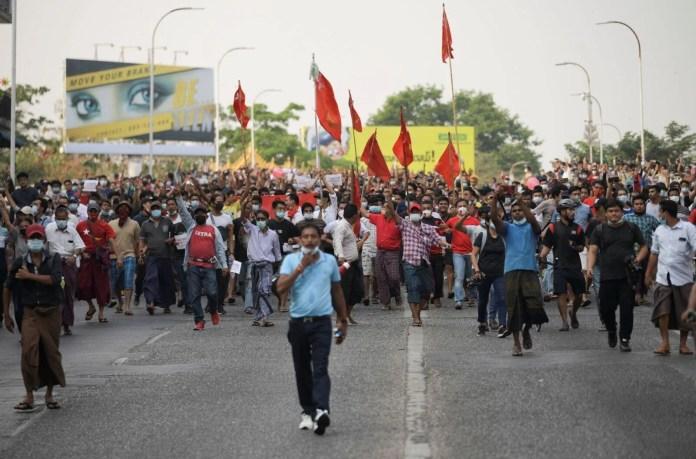 Myanmar'da on binlerce kişi cuntaya meydan okudu - 5