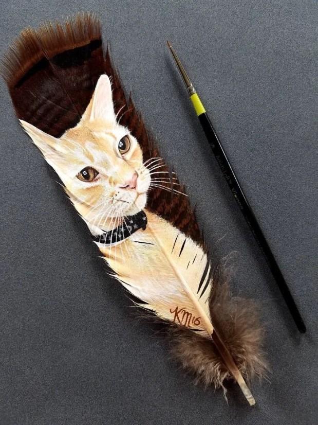 Hindi tüyü üzerinde kedi