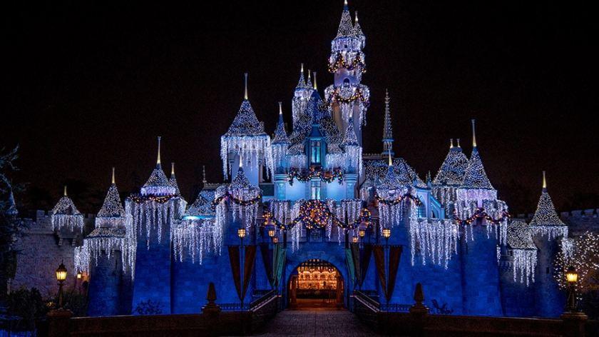 Castillo de invierno de la bella durmiente en el parque Disneyland