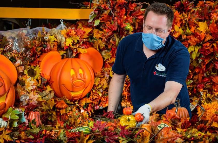 Miembro del reparto haciendo decoración de otoño