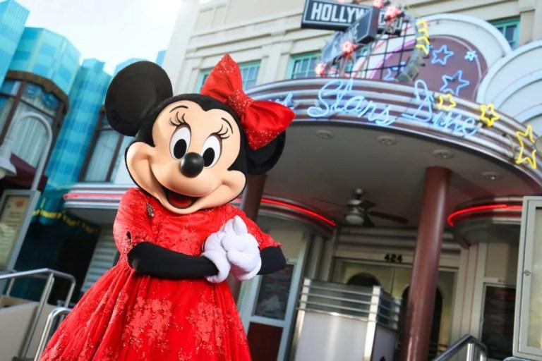 Minnie Mouse organizando una reunión navideña en Hollywood & Vine en Disney's Hollywood Studios