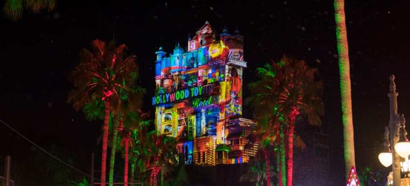 Efectos de proyección navideña en el Hollywood Tower Hotel en Disney's Hollywood Studios