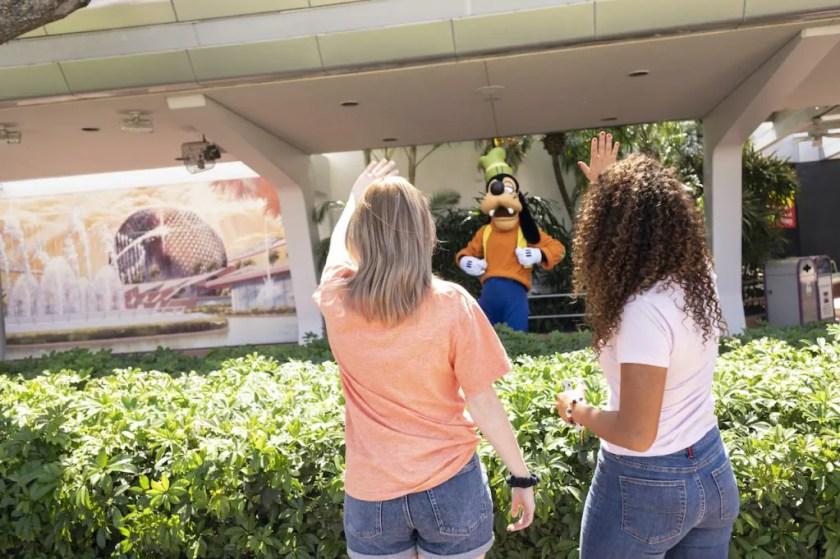Invitados saludando a Goofy en EPCOT
