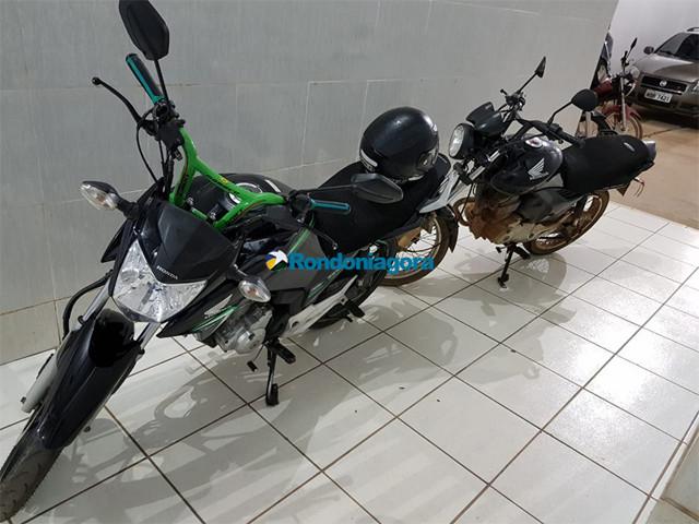 Dupla é surpreendida pela PM furtando moto na frente de academia